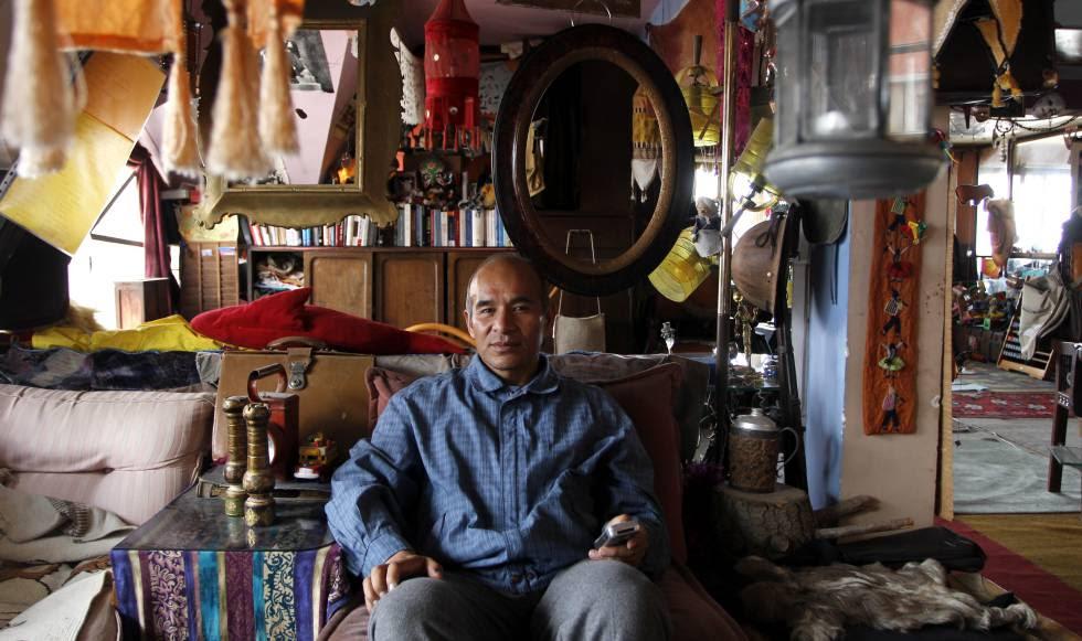 Iván Nogales, en su casa, rodeado de muchos de los artilugios que ha ido recogiendo o comprando en la calles.