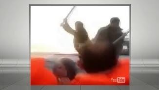 Guardacostes turcs peguen amb pals refugiats dins d'una barca
