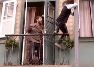Pedro se desiquilibra e cai do poste (Foto: TV Globo)