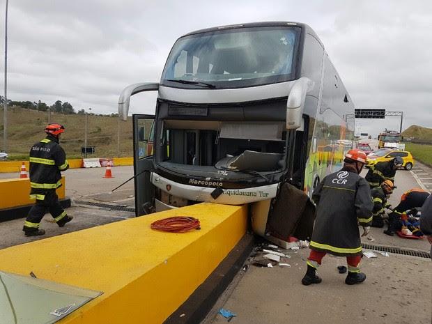 Ônibus com romeiros sofre acidente na Dutra (Foto: Divulgação / Bombeiros)
