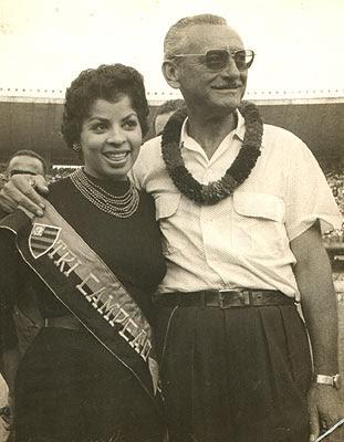 Ary com a cantora Ângela Maria no gramado do Maracanã, festejando o tri campeonato de futebol (anos 53-54-55). Como vereador Ary foi um dos responsáveis do projeto na Câmara, conseguindo os votos da bancada comunista, que resultou na construção do Estádio