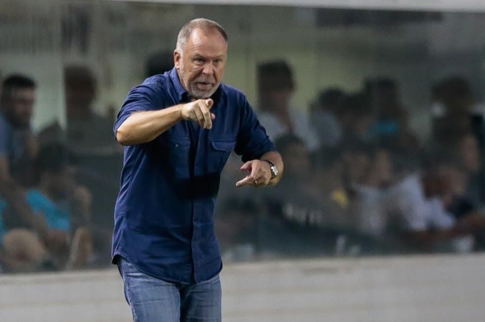 Mano Menezes valoriza vitória na Vila Belmiro (Foto: Marcello Zambrana/Light Press)