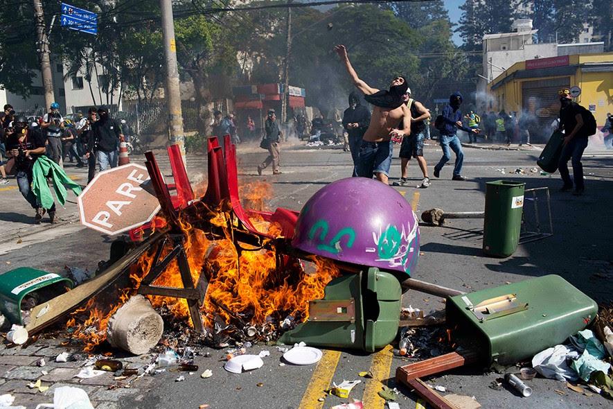 Manifestante joga pedra contra policiais