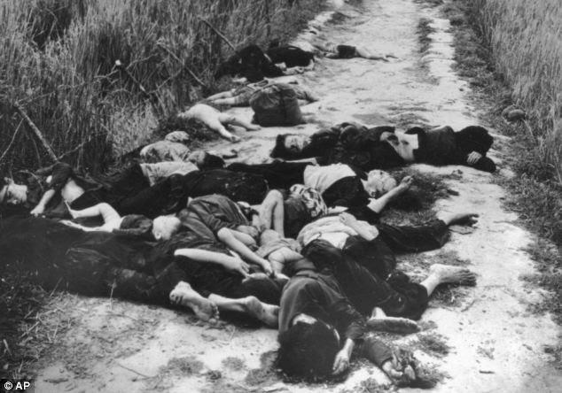 Morti: corpi di donne e bambini si trovano su una strada nel Vietnam del Sud in seguito a un attacco aereo degli Stati Uniti durante la guerra