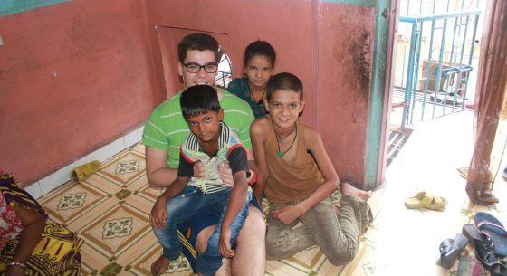 Manuel, con varios niños de una clase de apoyo de una escuela de Surat.