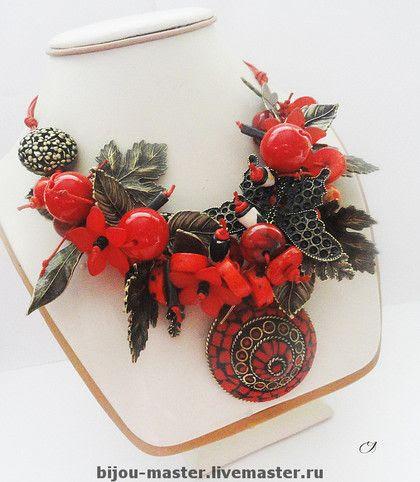 'АЛЫЙ ЗАКАТ' - комплект  инкрустация кораллом, керамика, акрил, дерево, винтаж, шнуры.  колье - 40см+5см кулон+удл, серьги-гвоздики -…