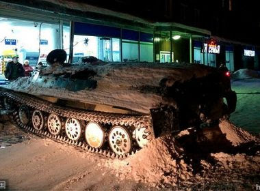 Homem embriagado furta tanque e invade mercado na Rússia para roubar vinho