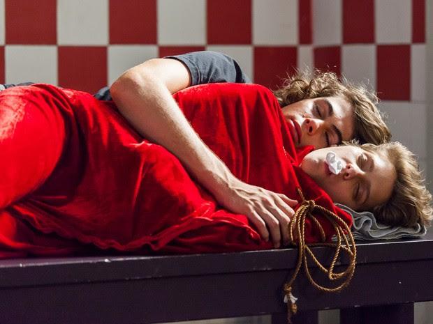 Pedro e Karina dormem agarradinhos no banheiro da Ribalta (Foto: Isabella Pinheiro/Gshow)