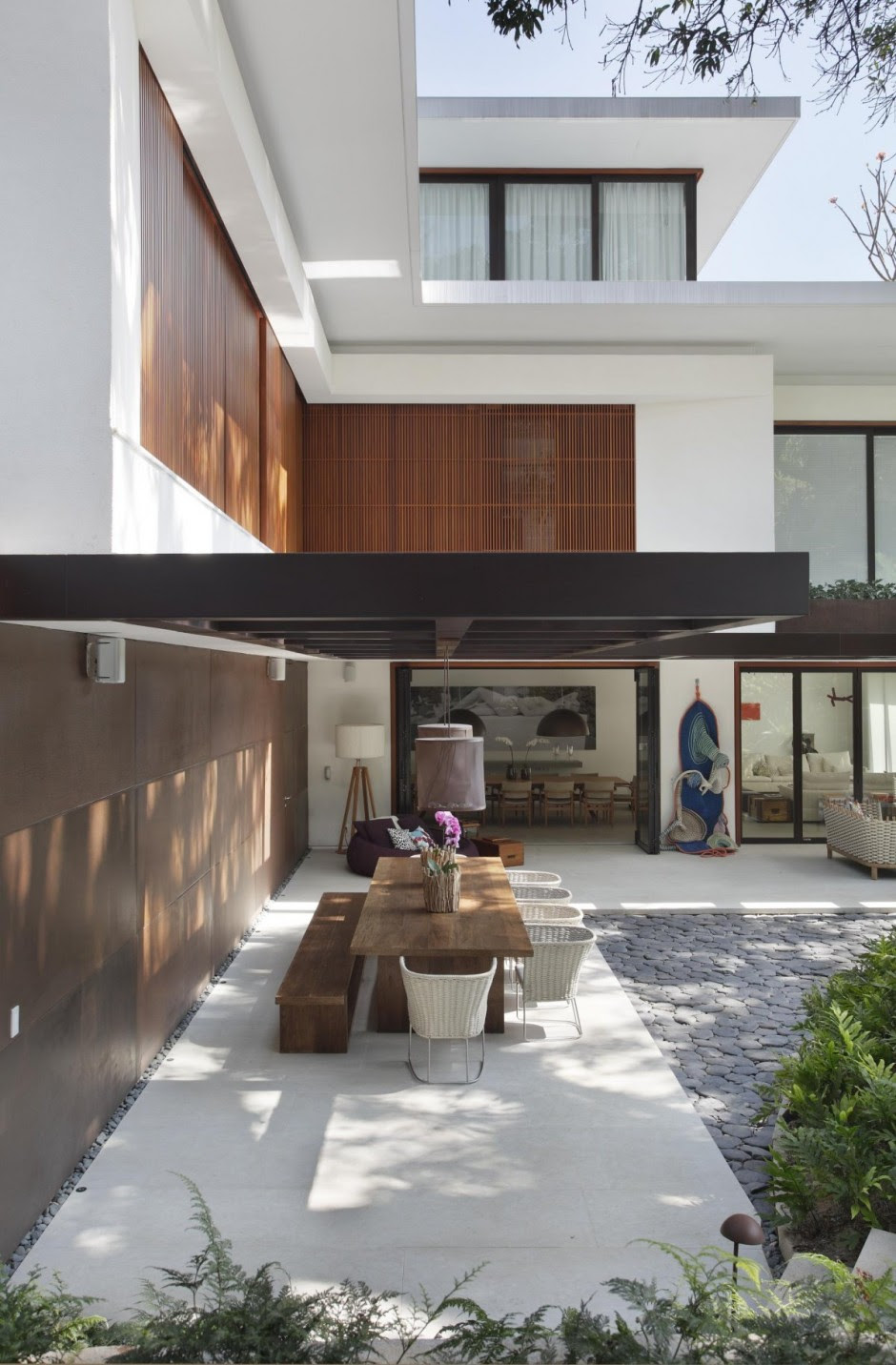 Contemporary Colonial Home in Rio decorated in neutral ...