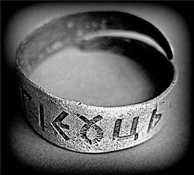 Велесовичная надпись на металической кольцевидной пластине