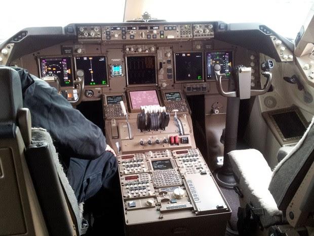 Cabine do Boeing 747-8F, que pousou pela primeira vez no Brasil (Foto: Leandro Filippi / G1)