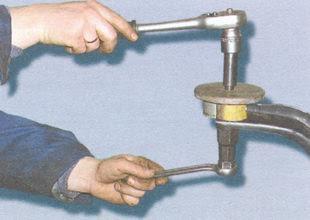 статья про Замена сайлентблоков верхнего рычага передней подвески на автомобиле ВАЗ 2106