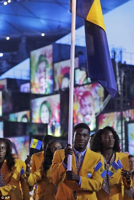 Ramon Gittens carrega a bandeira de Barbados durante a cerimônia de abertura dos Jogos Olímpicos de 2016 no Rio de Janeiro, Brasil