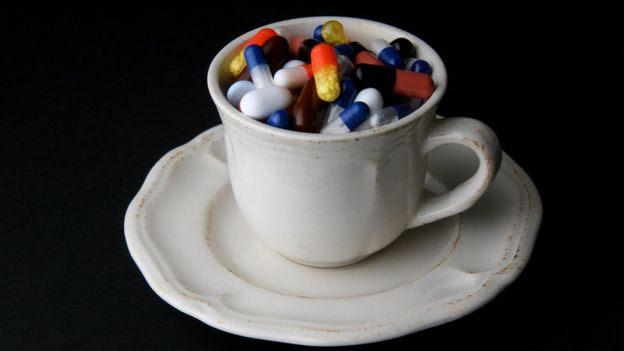 Xícara com comprimidos