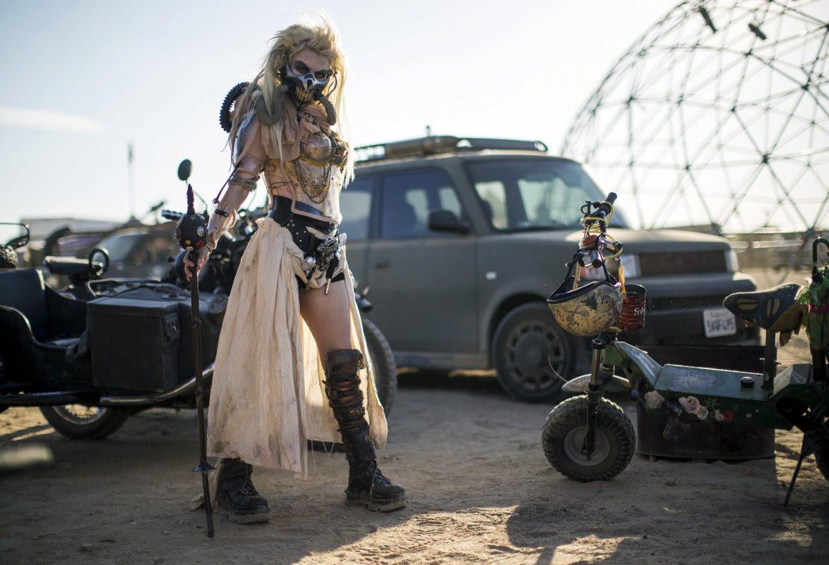 """Fãs de """"Mad Max"""" constroem seu próprio mundo pós-apocalíptico no meio do deserto"""
