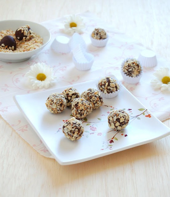 Chocolate, orange and almond truffles / Trufas de chocolate, laranja e amêndoa