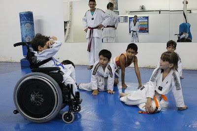 Menino brinca normalmente com os colegas no dojô (Foto: Hélder Rafael)