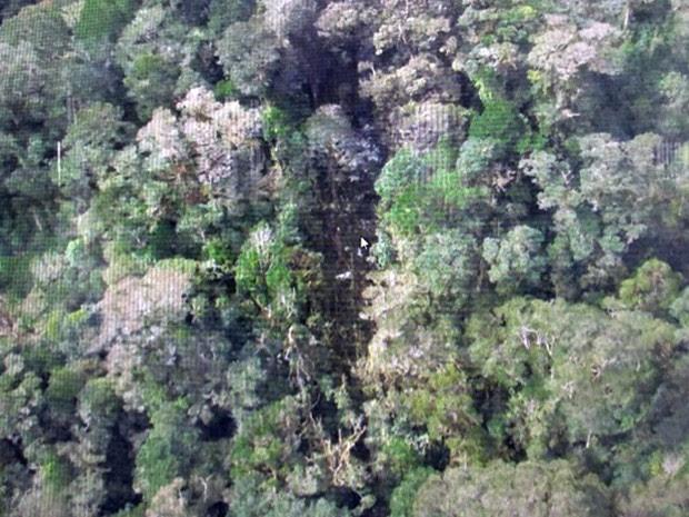 Vista aérea mostra abertura na mata com destroços identificados como do avião desaparecido da Trigana Air em Oksibil, na ilha de Papua, Indonésia. O avião de passageiros caiu no domingo (16) com 54 pessoas a bordo e foi localizado ainda com sinais de fogo (Foto: AP/Agência Nacional de Busca e Resgate da Indonésia)