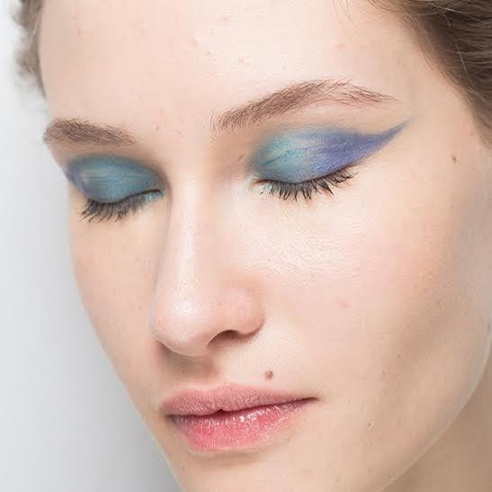 maquiagem azul é uma tendência para o verão 2016