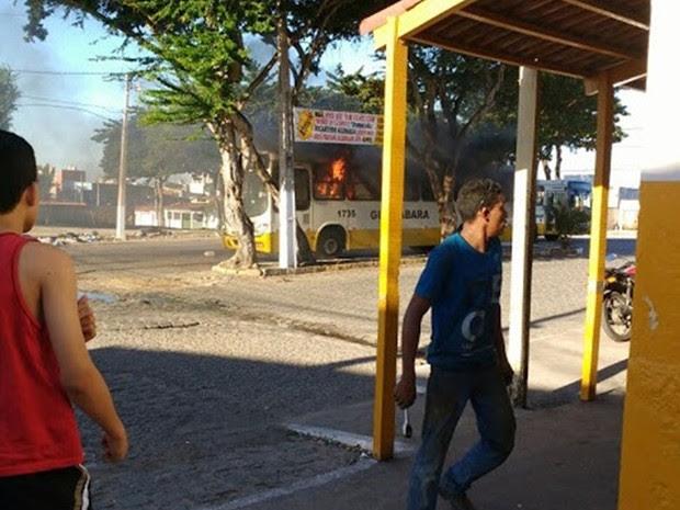 ônibus da empresa Guanabara foi incendiado na Cidade da Esperança, Zona Oeste de Natal (Foto: PM/Divulgação)