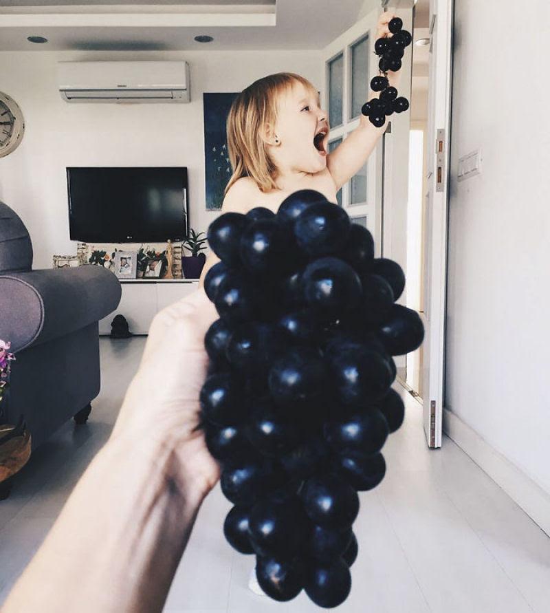 Mãe veste a filha com flores e comida usando a perspectiva forçada e conquista a internet 11