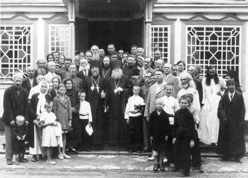 Bishops Yuvenaly and Dimitry (Voznesensky), the father of Metropolitan Philaret, with the clergy and worshipers of the Mother of God of Kazan Monastery in Harbin.