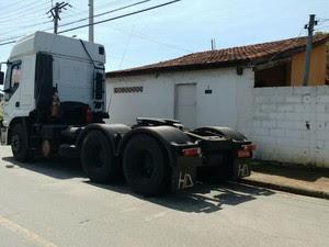 Carreta roubada é recuperada em Pindamonhangaba (Foto: Divulgação/Polícia Civil)