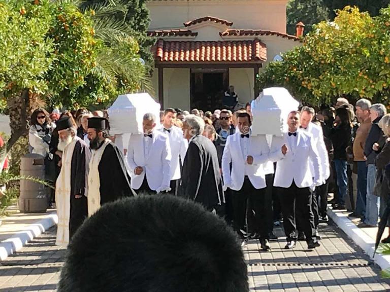 Θρήνος στη Νέα Σμύρνη – Το τελευταίο αντίο στον Βασίλη και τον Σταύρο | Newsit.gr