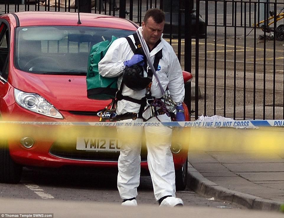 Os oficiais da Forense foram levados para a área do foyer onde a bomba explodiu esta manhã quando a investigação começou