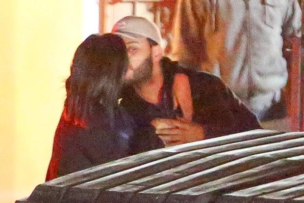 Selena Gomez e The Weeknd trocam beijos e curtem clima de romance  (Foto: AKM)