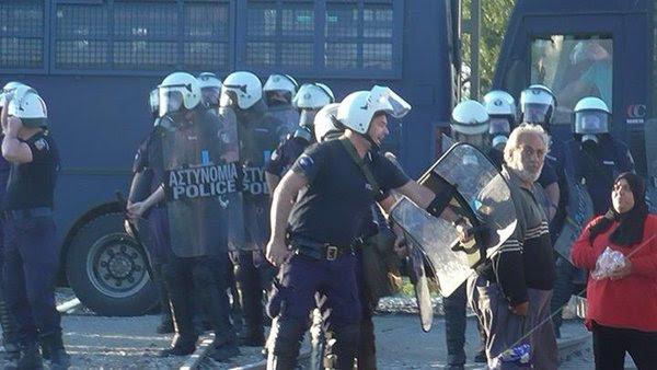 Ειδομένη ώρα μηδέν: «Καζάνι» που βράζει ο καταυλισμός – Φωτιές και συγκρούσεις με την Αστυνομία λίγο πριν την γενικευμένη εξέγερση – Αποκλειστικές εικόνες (vid) - Εικόνα18