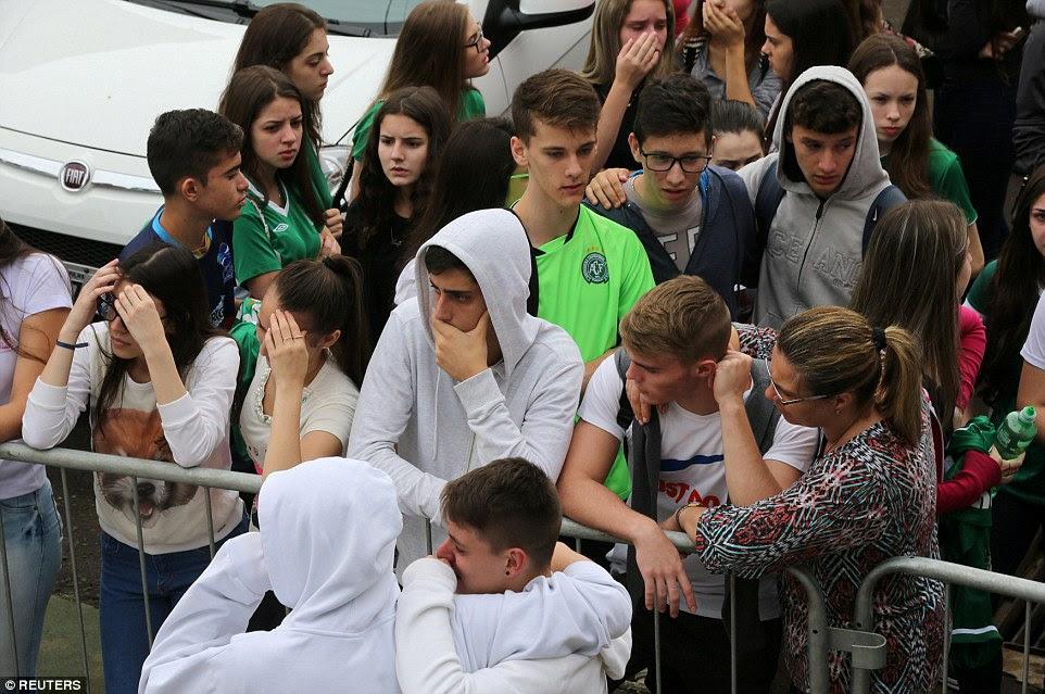 Mourning: Fãs de time de futebol Chapecoense são retratados na frente do estádio Arena Conda, em Chapecó, Brasil