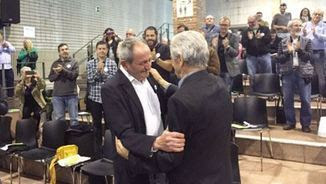 José María Clavero rep l'abraçada de l'anterior president, Eduardo Reyes (ACN)