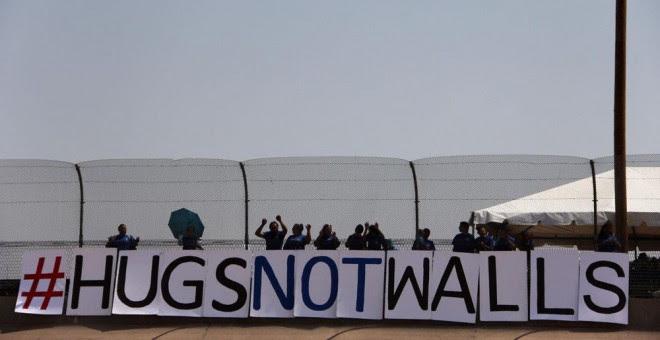 Familias de inmigrantes en una protesta contra el muro en Ciudad Juárez. AFP