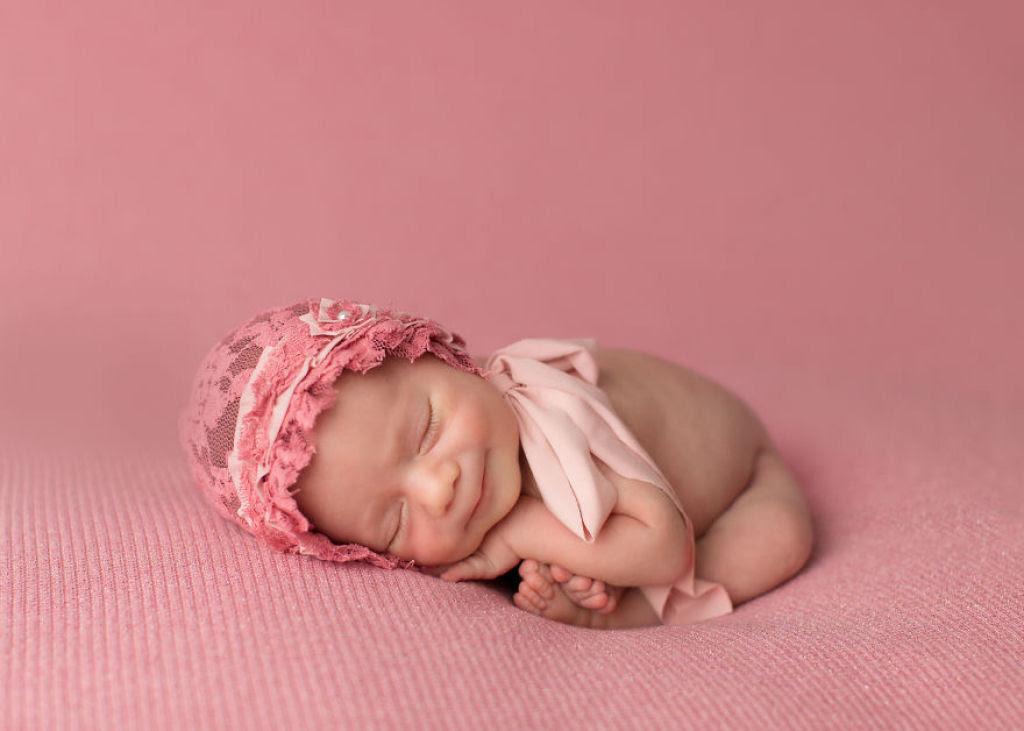 Fotógrafa britânica cria retratos insuportavelmente ternos de bebês dormindo 09