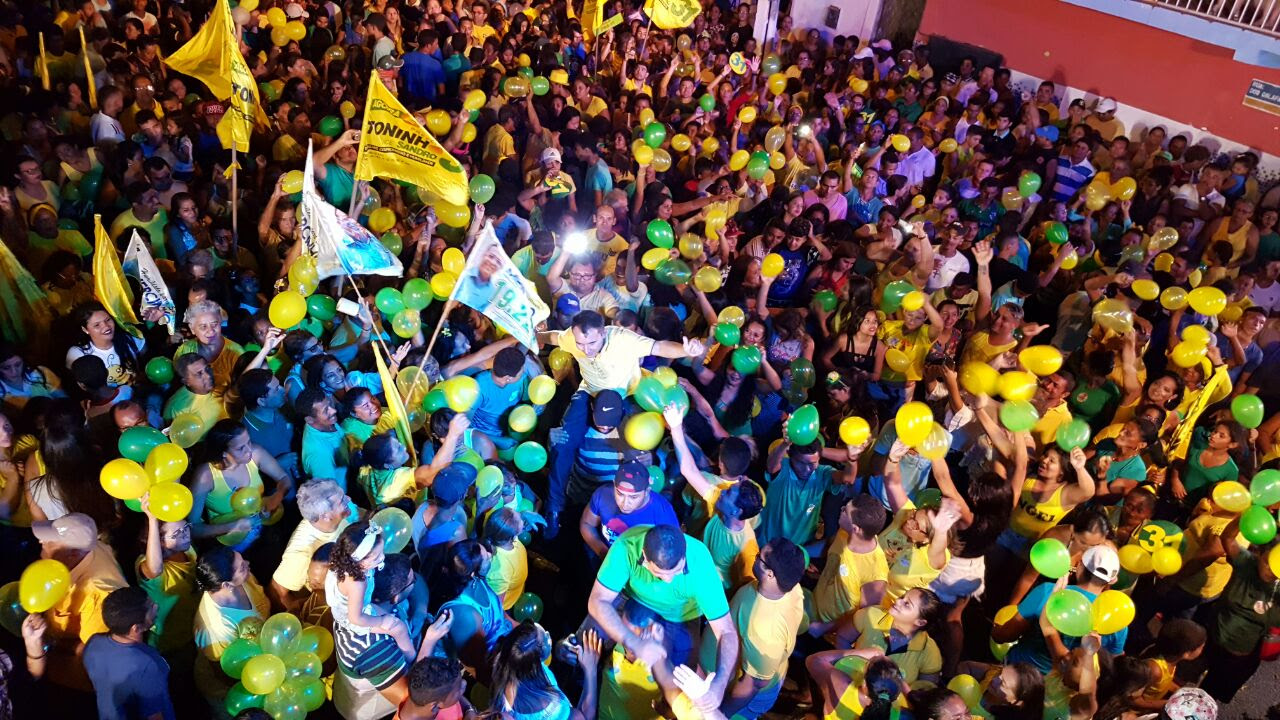 Toninho e Sandro carregados pelo povo