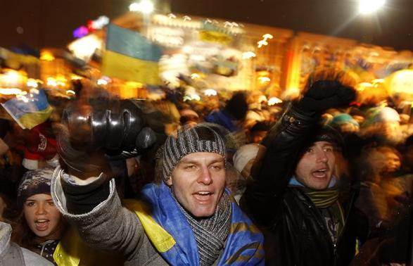Protesters chant slogans during a demonstration in support of the EU integration at Independence Square in Kiev in this November 28, 2013 file photo. REUTERS-Vasily Fedosenko-Files