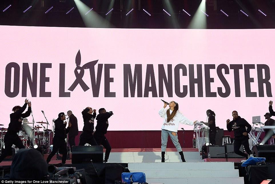 Bravo: Ariana Grande voltou devagar para o palco para a Fundraiser do One Love no domingo - apenas duas semanas após o trágico ataque terrorista ocorrido no show de Manchester Arena