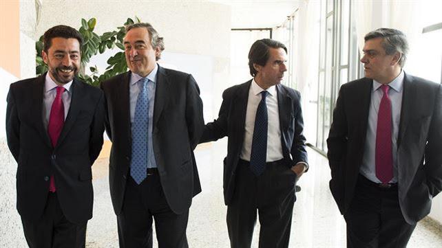 El presidente de FAES y expresidente del Gobierno, José María Aznar (d), junto al presidente de la CEOE, Juan Rosell (i), que ha participado hoy en el Campus FAES.