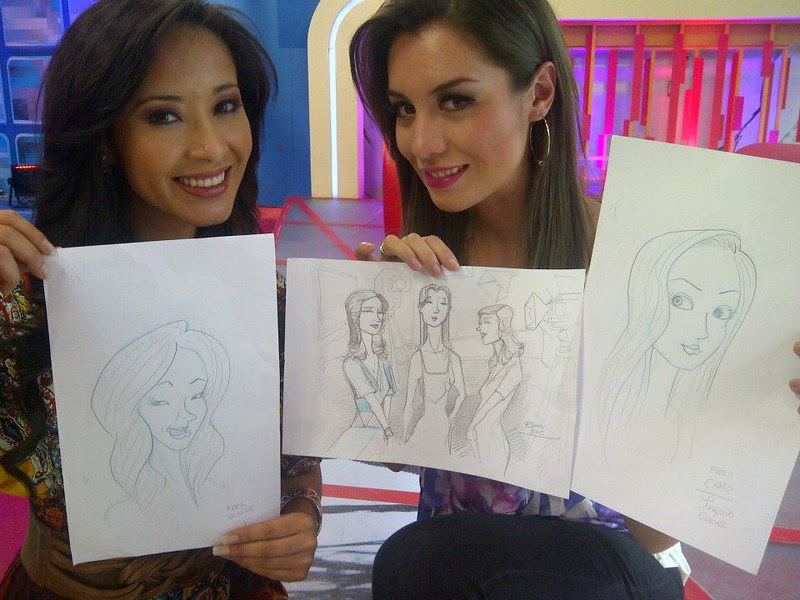 Denisse Quiroga y Carolina Cordova mostrando sus caricaturas - Denisse Quiroga and Carolina Cordova showing his cartoons