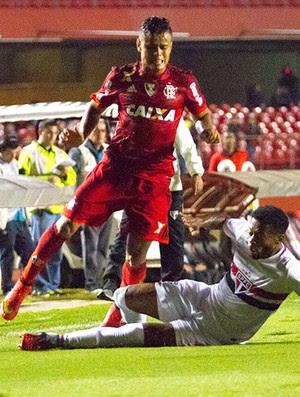 Michael Bastos e Everton, São Paulo x Flamengo (Foto: Anderson Rodrigues / Ag. Estado)