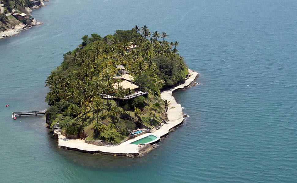 Casa do ex-senador Gilberto Miranda na Ilha das Cabras, em Ilhabela, no litoral norte paulista; PF investiga se ele obteve parecer fraudulento da AGU para não desocupar a ilha Leia mais