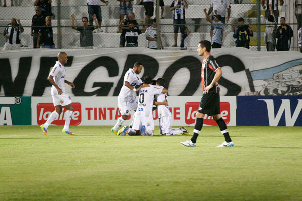 Jogadores do ABC festejam o gol que abriu o caminho para primeira vitória do clube no pós-Copa