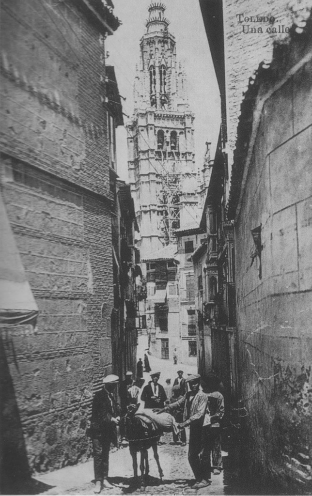 Catedral andamiada desde la Calle de Santa Isabel a inicios del siglo XX