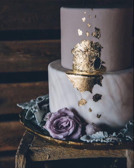 eine matte, Lavendel und ein Marmor-Hochzeitstorte garniert mit Blattgold und einem blass Lavendel-rose