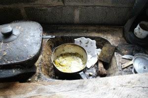 Restos de comida e pó de carvão acumulado na pia do alojamento de um dos resgatados contribuiu para a degradância do local