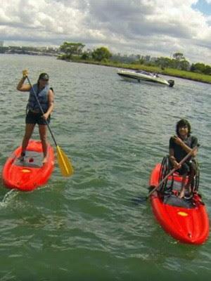 Adriana Moreira e o filho andando de stand up paddle no Lago Paranoá, em Brasília (Foto: Adriana Moreira/Arquivo pessoal)