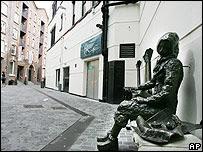 Estatua de bronce en honor a Eleanor Rigby, heroína de la canción, en Liverpool