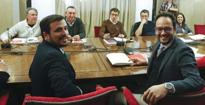 El líder de IU, Alberto Garzón (i), el portavoz parlamentario del PSOE, Antonio Hernández (c), ; Íñigo Errejón (3i) de Podemos y Joan Baldoví de Compromís (2i), (enfrente), entre otros, durante la reunión de los equipos negociadores del PSOE, Podemos, IU
