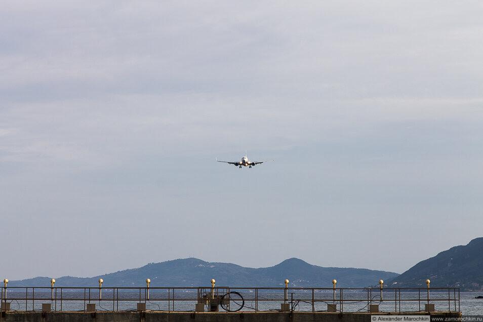 Посадка самолёта в Керкире, Корфу, Греция
